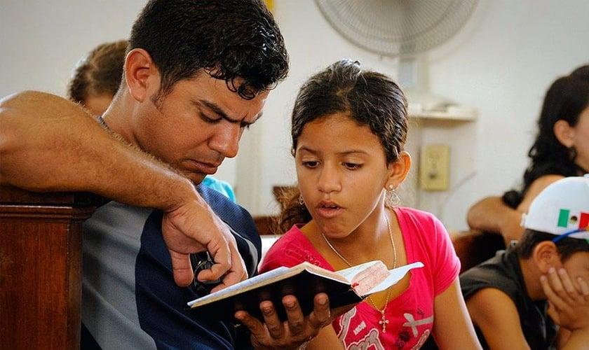 Apesar do envio de grandes remessas de Bíblias a Cuba recentemente, o número de exemplares ainda é insuficiente para atender a todos os cristãos da ilha. (Foto: Impacto Evangelístico)