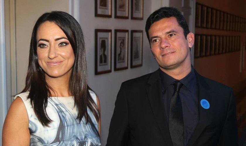 Rosangela (esquerda) ao lado do marido, Sérgio Moro (direita). (Foto: MARCOS DE PAULA/ESTADÃO)