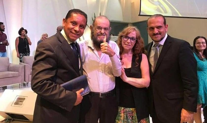 Pr. Luís Gonçalves (esquerda), Zé do Caixão e família. (Foto: Facebook)