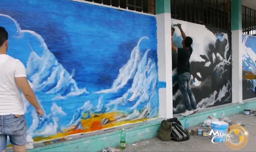 Jovens cristãos têm usado suas habilidades artísticas para evangelizar cubanos. (Foto: Reprodução/Mundo Cristiano)