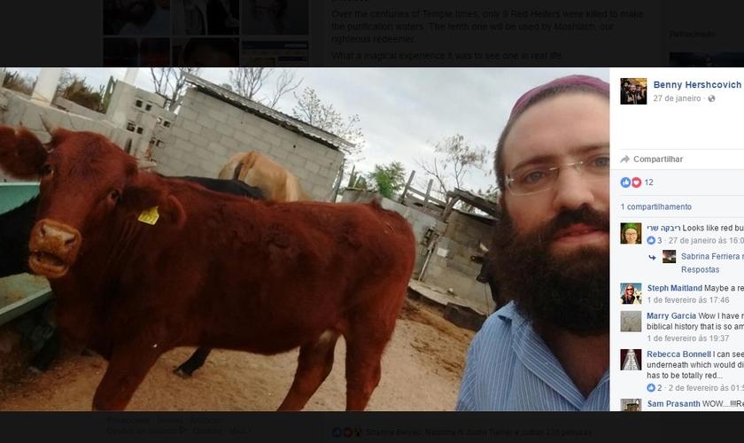 """Rabino Benny """"Bentsion"""" Hershcovich vive no México e se emocionou ao encontrar a novilha ruiva em sua cidade. (Foto: Facebook)"""