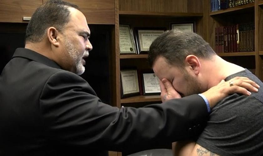 Os dois se abraçaram, oraram juntos e falaram sobre perdão. (Foto: Reprodução/Reprodução/Koinonia House)