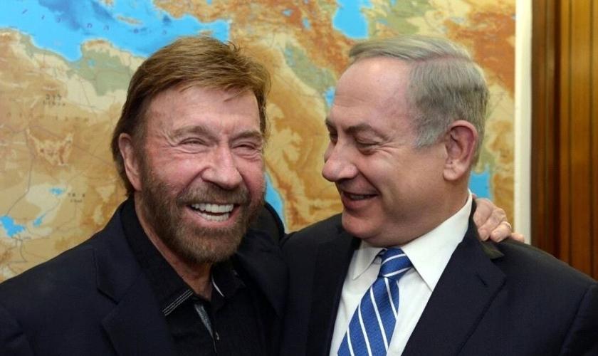 Chuck Norris (esquerda) e primeiro-ministro de Israel, Benjamin Netanyahu. (Foto: CHAIM TZACH/GPO)