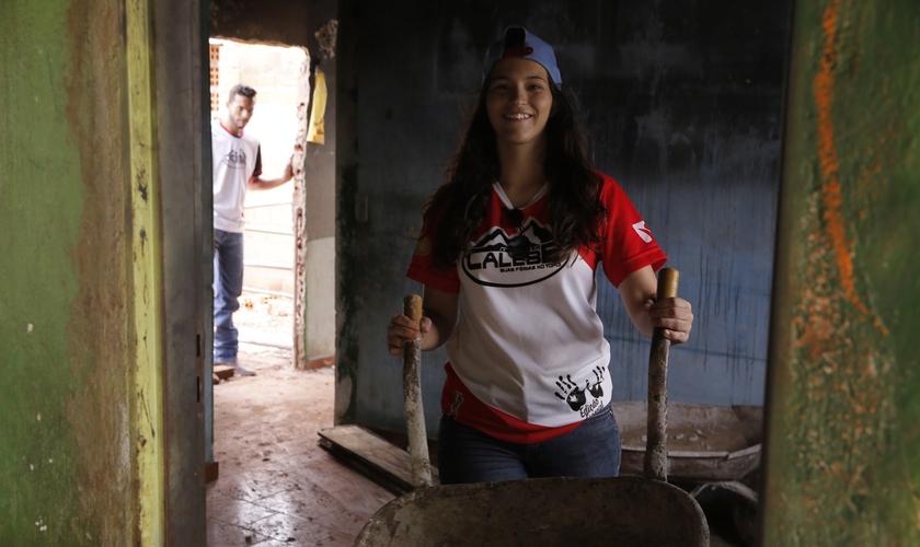 A jovem começou a desenvolver uma nova atividade: ajudante de pedreiro. (Foto: ASN).