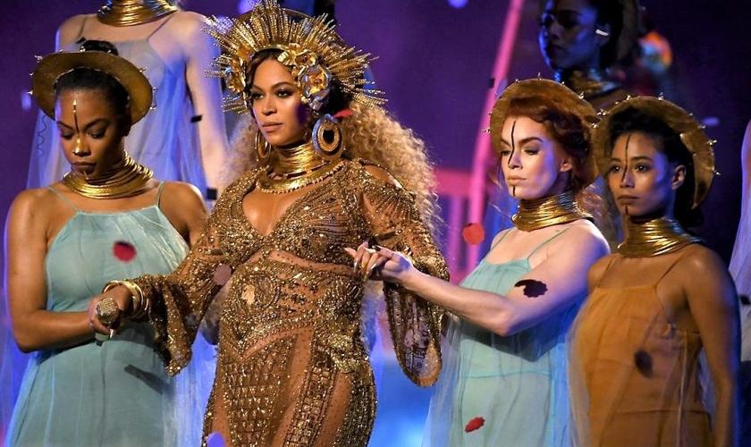 Beyoncé se apresentou fantasiada da deusa Oxum no Grammy 2017. (Foto: Grammy Awards)