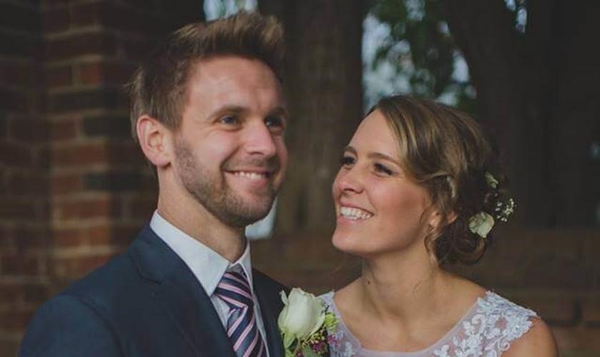 Caleb (esquerda) e Tami Acree (direita), no dia de seu casamento. (Foto: FaitHit)