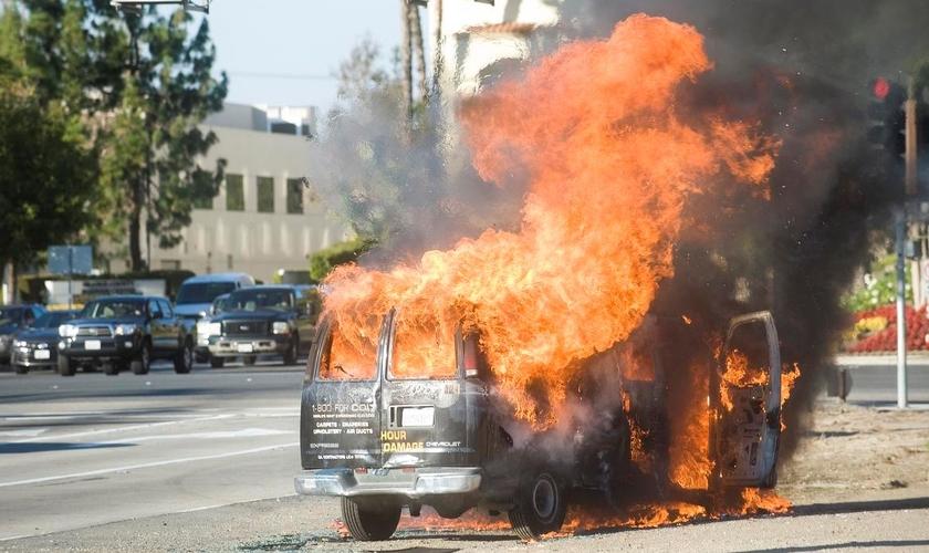 Furgão em chamas. (Foto: OC Register)