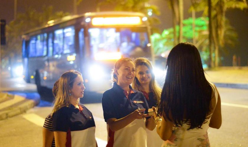 Andressa Urach evangelizando prostitutas, travestis e moradores de rua. (Foto: Allan Andrade)