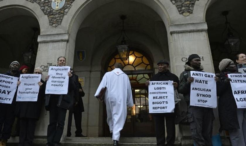 Ativistas protestam em frente a Igreja da Inglaterra. (Foto: Reuters)