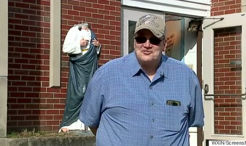Pastor Brad Flaskamp em frente à sua igreja. (Foto: Huffington Post Canada)
