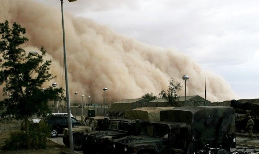 Após ver que uma tempestade de areia protegeu o grupo, o terrorista se rendeu a Jesus Cristo. (Foto: Reprodução)