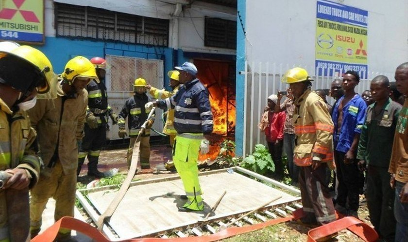 Incêndio devastou a Casa da Bíblia, mantida pela Sociedade Bíblica da Zâmbia, na África. (Foto: Reprodução)