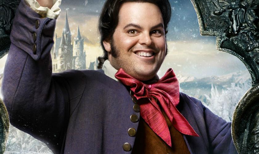 LeFou, interpretado por Josh Gad, é criado de Gaston, o personagem rejeitado por Bela. (Foto: Reprodução).