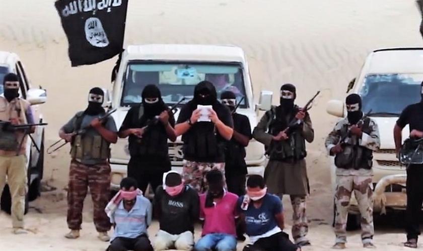 Filial do Estado Islâmico expõe reféns capturados no deserto do Sinai, Egito. (Foto: Jerusalém Post)