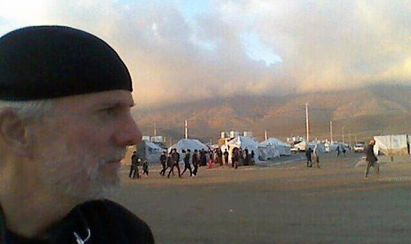 Pastor William Devlin (à esquerda) em visita a um campo de refugiados no Iraque. (Foto: Arquivo Pessoal)
