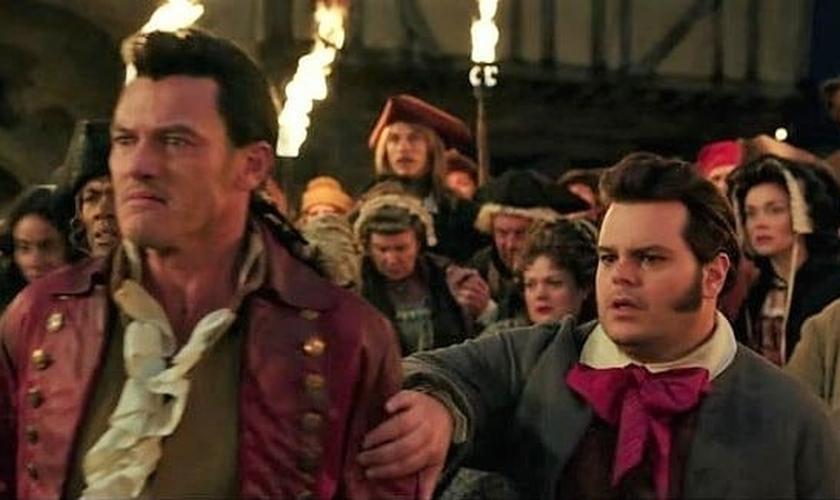 No filme 'A Bela e a Fera', o personagem Lefou (direita) deseja ter um romance com seu amigo Gastão (esquerda). (Foto: Purebreak)