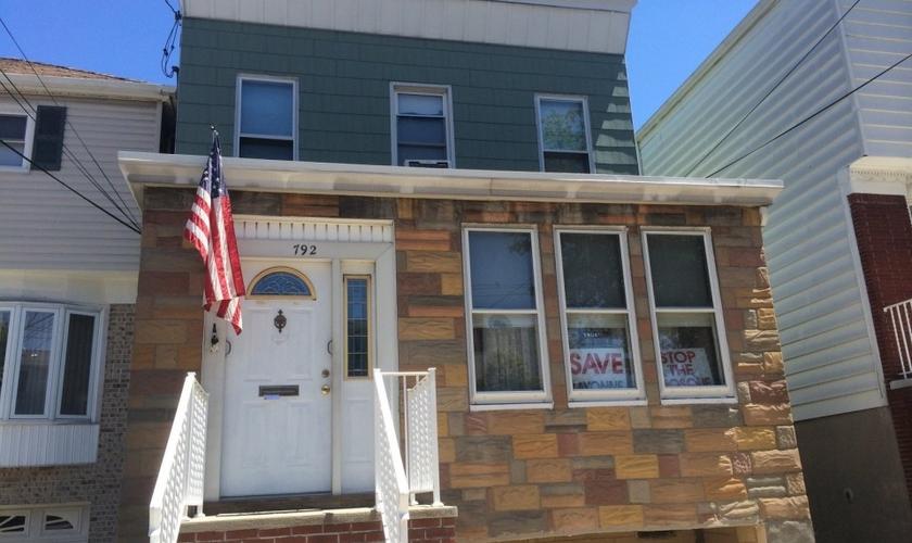 A casa do pastor Joseph Basile teve suas janelas quebradas, após a construção de uma mesquita ter sido reprovada. (Foto: NJ Journal)