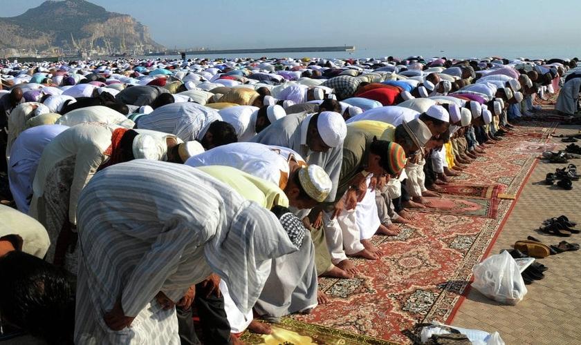 Muçulmanos em momento de oração. (Foto: Sputnik)