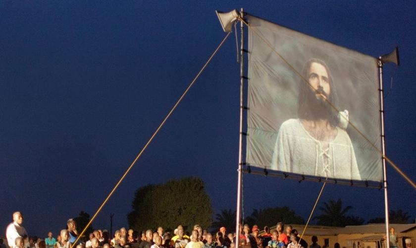 Exibição do filme 'Jesus' sendo realizada em comunidade. (Foto: Jesus Film Project)