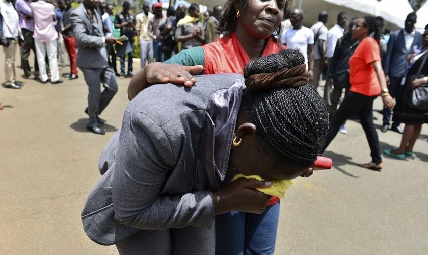 Mulher chora a perda de colegas após ataque terrorista na Universidade de Garissa. (Foto: Reuters)