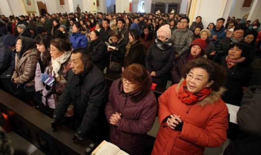 Cristãos participam de culto em igreja chinesa. (Foto: CNS photo/Wu Hong)