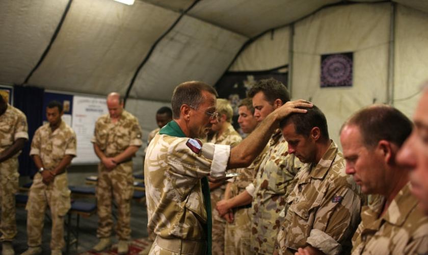 Capelão do Exército ora com soldados do exército dos EUA. (Foto: Zimbio)