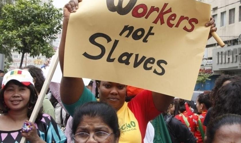 """Alguns empregadores árabes se vêem como """"donos"""" dessas mulheres e as tratam como escravas. (Foto: Reuters)."""
