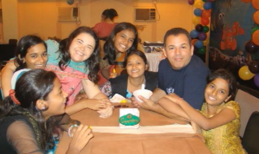 """Para que o pastor possa continuar atuando na Índia, ele criou um projeto chamado """"Café Missionário"""". (Foto: Reprodução)."""