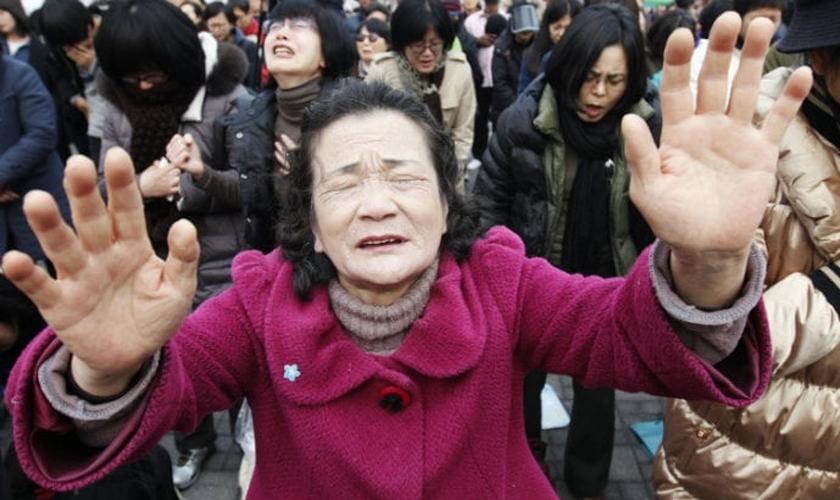 Cristãos participam de culto na China. (Foto: Reuters)