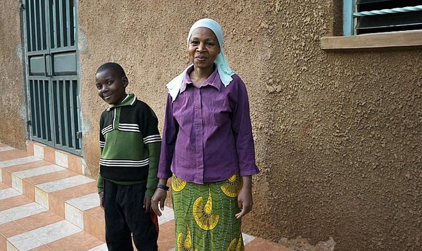 Clinton e Mary em frente à igreja que estão frequentando, no Quênia. (Foto: Samaritan's Purse)