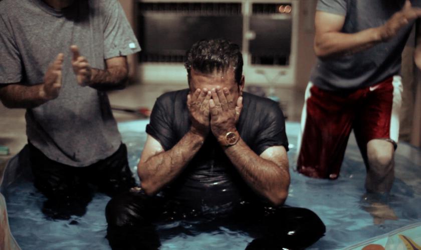 Batismo realizado com ex-muçulmanos no Oriente Médio