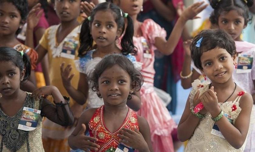 Crianças frequentam a Escola Bíblica de Férias, no sul da Ásia. (Foto: Gospel For Asia)