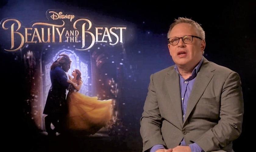 """Bill Condon dando uma entrevista sobre seu novo filme """"A Bela e a Fera"""". (Imagem: Youtube)"""