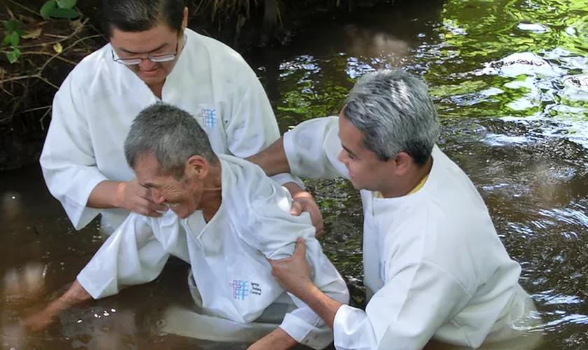 O idoso tem dificuldades para falar e se esforça para orar, cantar e ler a Bíblia. (Foto: Missões Nacionais).