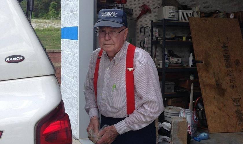 Johnny Jennings começou a recolher papeis para reciclagem há mais de 30 anos e hoje faz dessa atividade, uma forma de ajudar instituições de caridade. (Foto: Facebook)