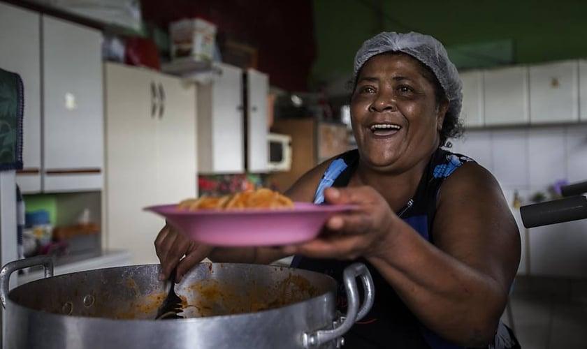 Marlene Garcia atualmente alimenta mais de 230 crianças no projeto Reviver. (Foto: Folha de S. Paulo - Marlene Bergamo)