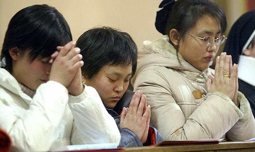 Cristãos orando durante culto na China. (Foto: China Aid)