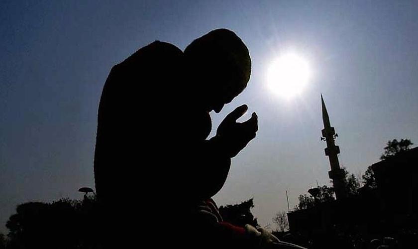Muçulmano se ajoelha para orar. (Foto: PAOC)