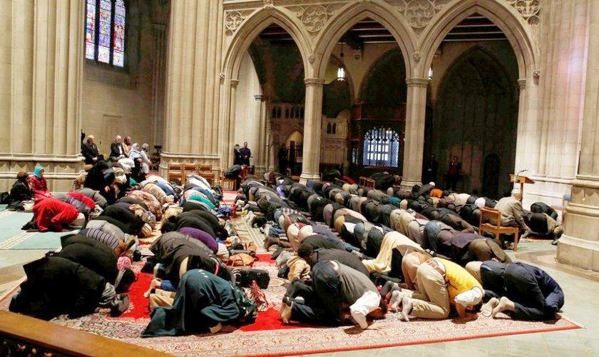 Muçulmanos oram na Catedral Nacional de Washington em uma sexta-feira. (Foto: Reuters/Larry Downing)