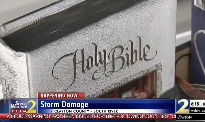 Apesar do incêndio, a Bíblia da família permaneceu intacta. (Imagem: wsbtv)