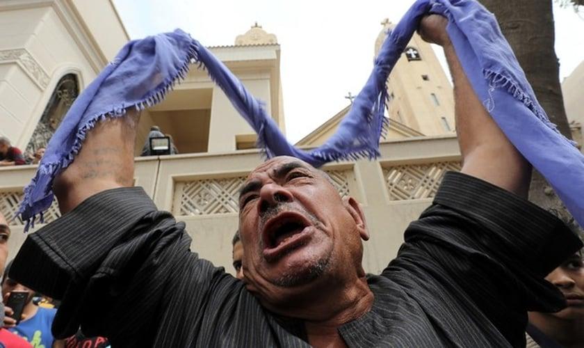 Familiar de vítima em frente a igreja alvo de ataque em Tanta, no Egito. (Foto: Mohamed Abd El Ghany/Reuters)