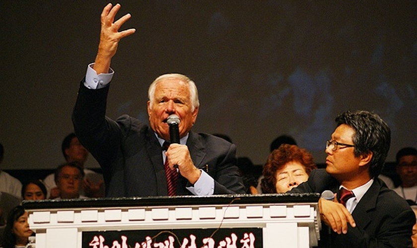 Loren Cunningham durante pregação na Coreia do Norte. (Foto: YWAM)
