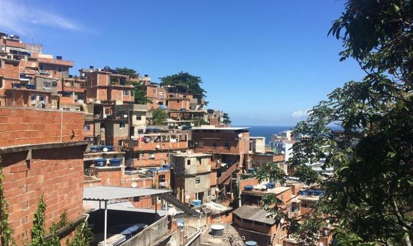 Favela do Cantagalo abriga duas igrejas católicas e pelo menos 15  evangélicas. (Foto: Chris Arsenault/Thomson Reuters Foundation)