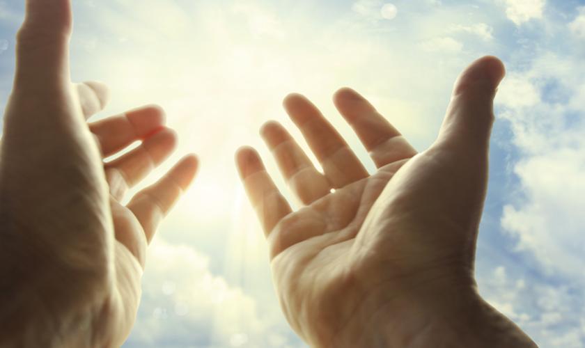 Mãos estendidas para o céu. (Foto: Novo Tempo)