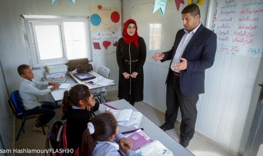 Nas escolas, palestinos ensinam crianças a lutarem contra Israel. (Foto: Wisam Hashlamoun/Flash 90)