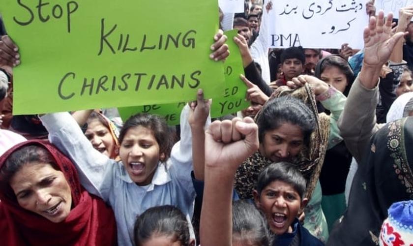 Cristãos paquistaneses protestam contra a intolerância religiosa, após um ataque terrorista suicida em 2015. (Foto: Reuters)