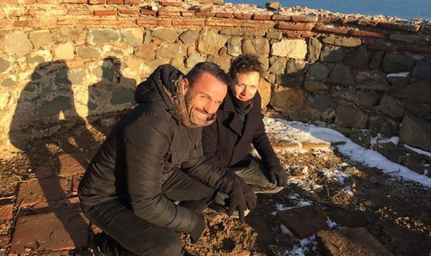 Joe Basile e George Busby no local da escavação onde foi descoberto o ossuário de João Batista. (Foto: Divulgação)