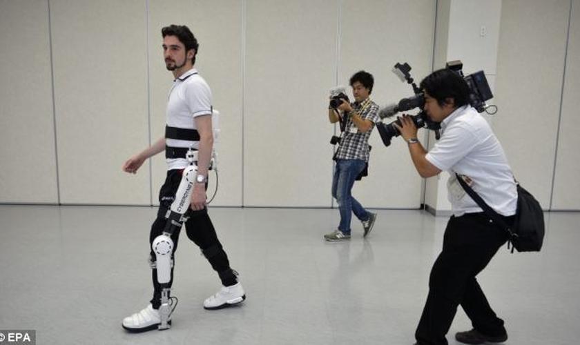 Cientistas testam parte de exoesqueleto em cadeirante. (Foto: EPA)