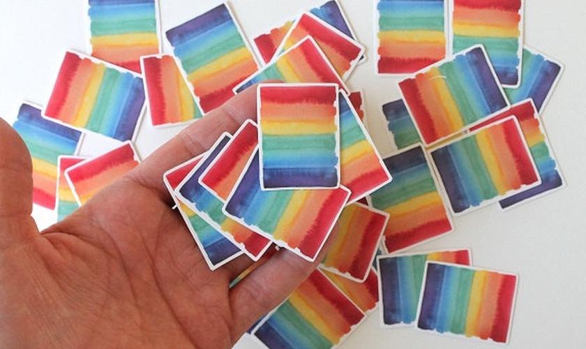 Adesivos com o arco-íris usado pelo movimento LGBT. (Foto: Etsy)