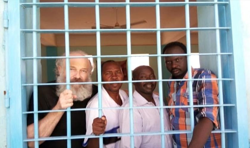 Prisioneiros cristãos em Cartum. O missionário theco Petr Jasek (à esquerda) já foi libertado em fevereiro, mas seus colegas continuam presos. (Foto: Missão Portas Abertas)